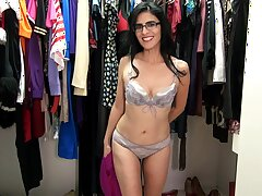 Foxy cougar Theresa Soza with glasses moans greatest extent playing on the floor