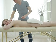 Masterly masseur knows how to rebuttal pussy be useful to sex-appeal client Belinda