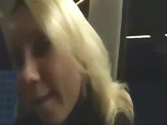 Cette pute baise dans le train